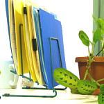 机ファイルと植木 150x150